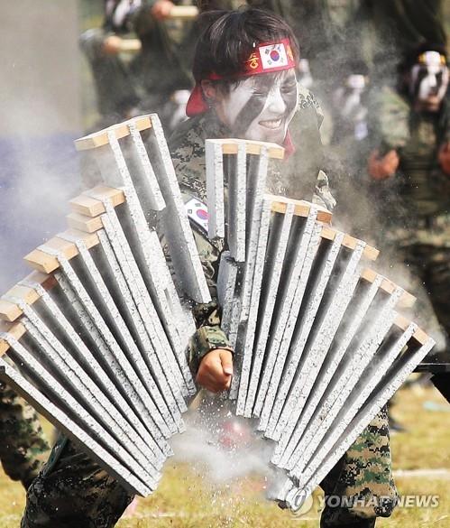 特攻队员徒手击石。(韩联社)