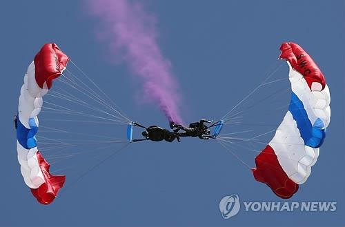 韩美士兵进行空降。(韩联社)