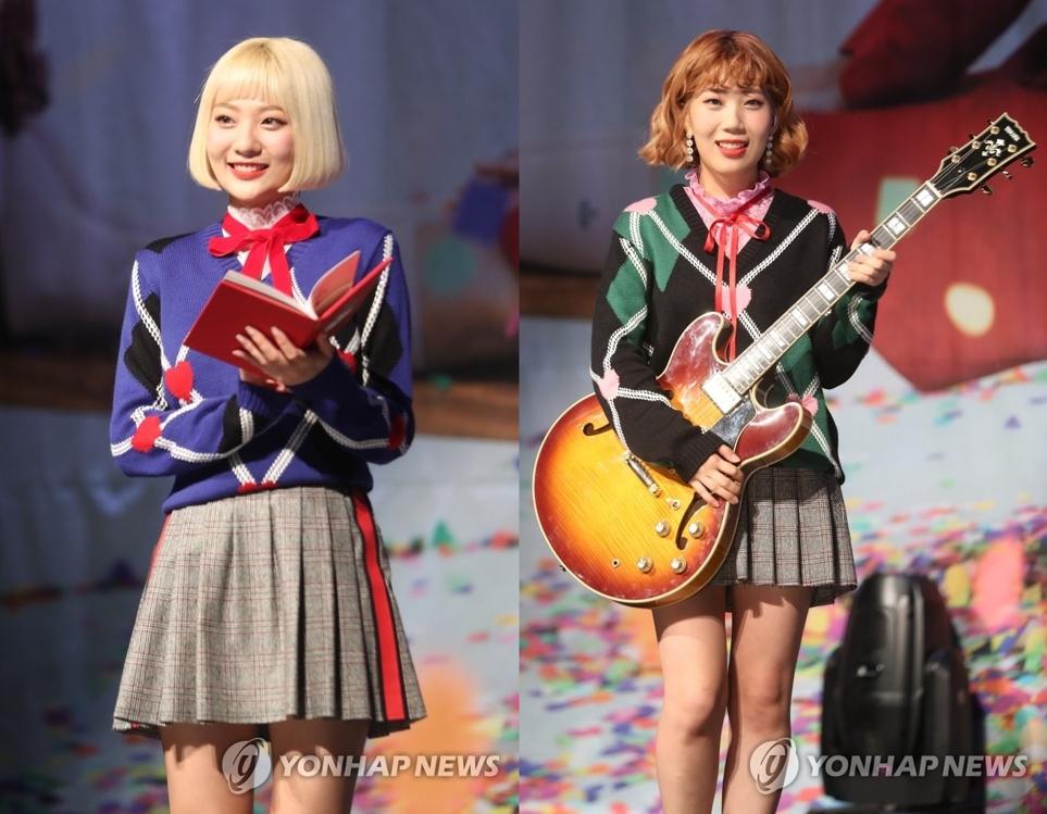脸红的思春期成员安智英(左)和禹志润出席迷你专辑《Red Diary Page.1》抢听会。(韩联社)
