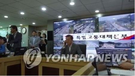 资料图片:韩国总统文在寅(右)出演交通广播节目。(韩联社/青瓦台脸谱)