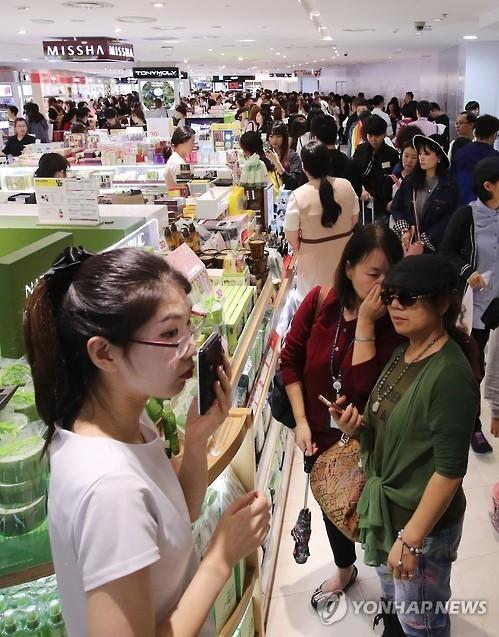 资料图片:韩国免税店内外国游客人头攒动。(韩联社)