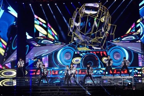 EXO世界巡演安可演唱会现场照(SM娱乐提供)