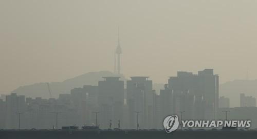 资料图片:被雾霾笼罩的首尔市区(韩联社)
