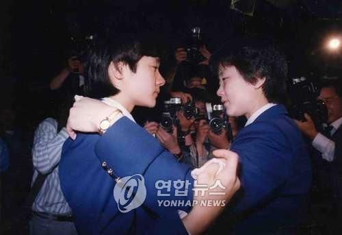 图为韩国选手玄静和(左)与朝鲜选手李粉姬离别的情景。(韩联社)
