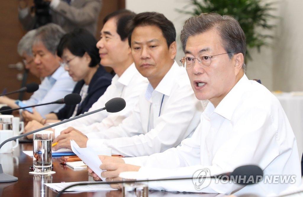 10月10日,在青瓦台,韩国总统文在寅(右一)主持召开首席秘书和助理会议。(韩联社)