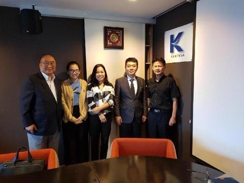 资料图片:泰国坎塔纳集团有关人员与ASIAN STORY代表金圣烈(左一)合影。(韩联社)