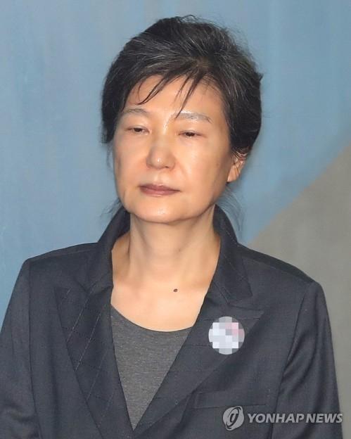 10月10日上午,在首尔市中央地方法院,朴槿惠走向法庭。(韩联社)