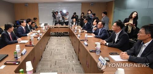 10月11日下午,在首尔市中区的工商联会馆,韩国政府与电子行业开会讨论美国考虑限制进口洗衣机的动向。(完)