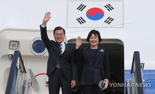 资料图片:韩国总统文在寅(左)和夫人金正淑女士(韩联社)