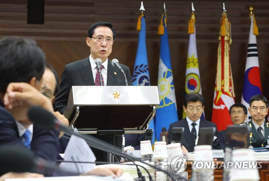 9月12日上午,在首尔龙山区国防部举行的国会国防委员会国政监查会议上,国防部长宋永武在做工作报告。(韩联社)
