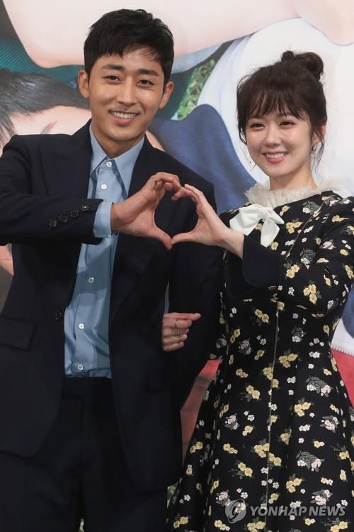 资料图片:新剧《Go Back夫妇》主演张娜拉(右)和孙浩俊(韩联社)