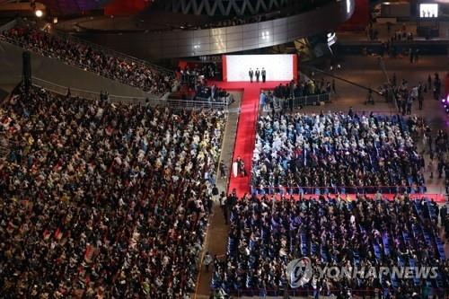 """10月12日下午,在釜山海云台""""电影殿堂""""露天舞台,第22届釜山电影节盛大开幕。(韩联社)"""