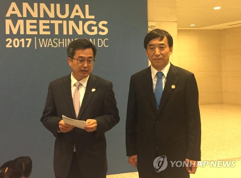 当地时间10月12日,在美国华盛顿,韩国央行行长李柱烈(右)和经济副总理金东兖宣布韩中决定续签货币互换协议。(韩联社/韩国银行提供)