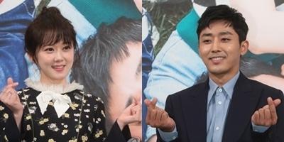 资料图片:新剧《Go Back夫妇》发布会照。图为主演张娜拉(右)和孙浩俊(韩联社)