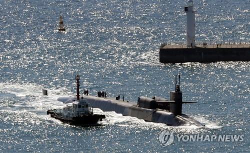 """10月13日上午,""""密歇根""""号核潜艇进入釜山港。(韩联社)"""