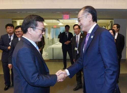 当地时间10月14日,在美国华盛顿,韩国经济副总理金东渊(左)会晤世界银行行长金墉。(韩联社/企划财政部提供)