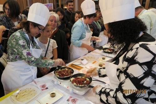 当地时间10月14日,在瑞士日内瓦,各国外交官自制韩式烤肉。(韩联社/韩国常驻日内瓦代表团提供)