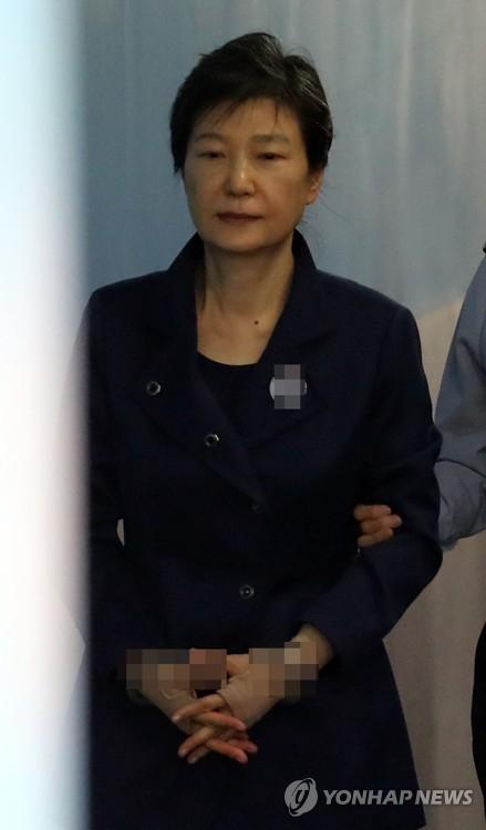 10月16日上午,在首尔中央地方法院,朴槿惠被押上法庭。(韩联社)