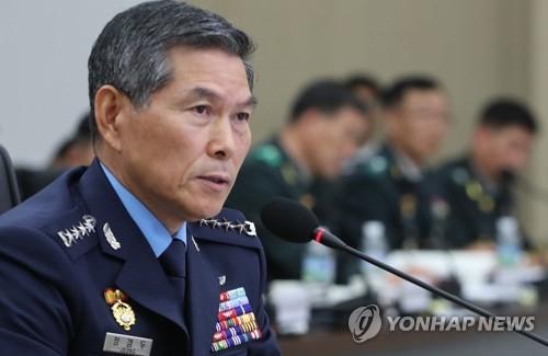 10月16日上午,在首尔市的联合参谋本部,郑景斗答议员问接受监督。(韩联社)