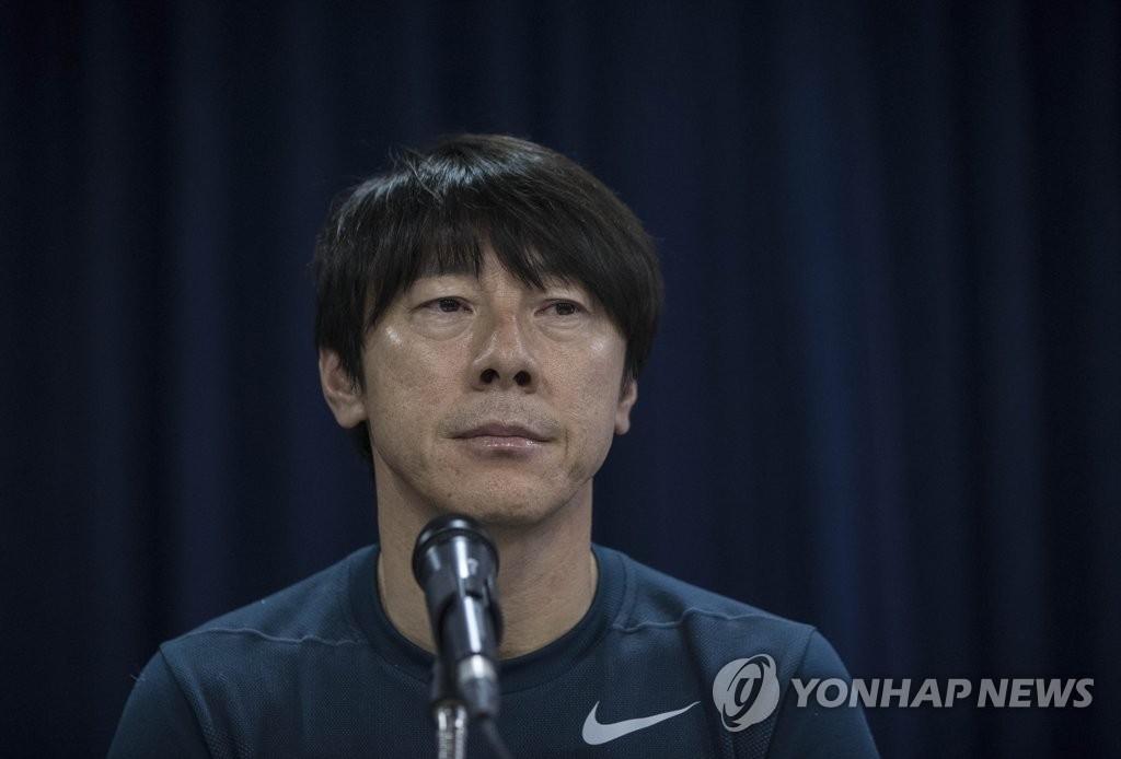 10月15日下午,在首尔钟路区大韩足球协会举行的记者招待会上,韩国队主教练申台龙答记者问。(韩联社)