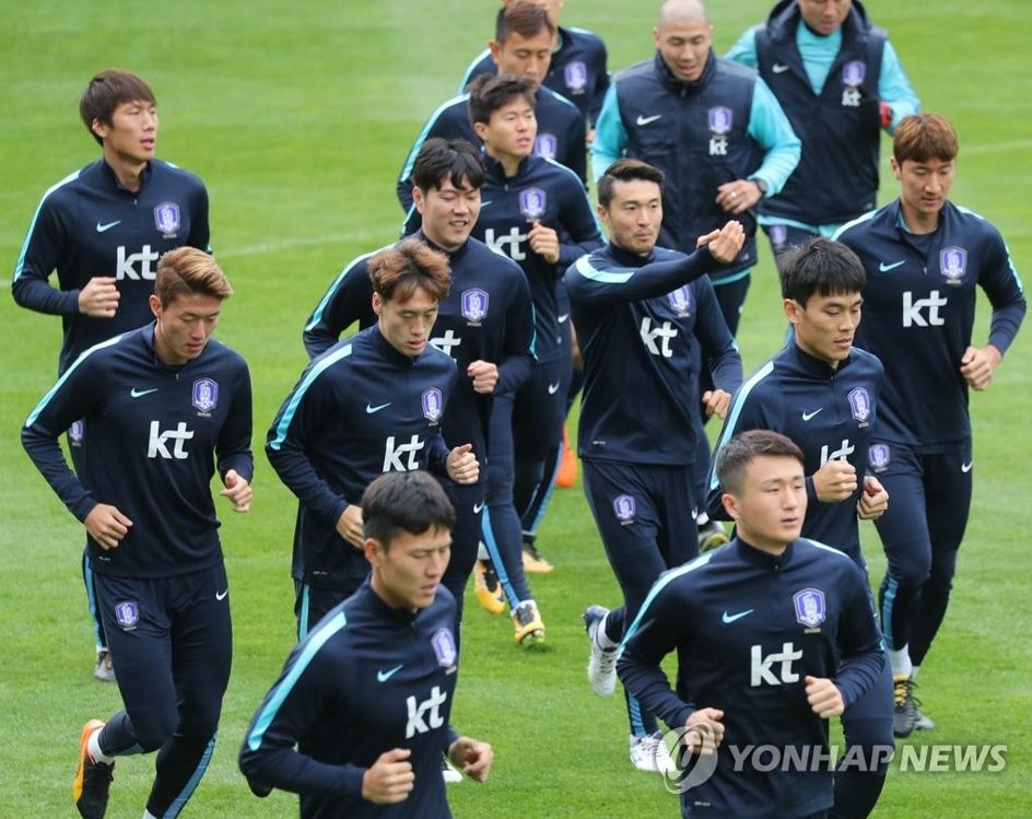 当地时间10月9日,在瑞士比尔天梭体育场,韩国队训练准备与摩洛哥进行热身赛。(韩联社)