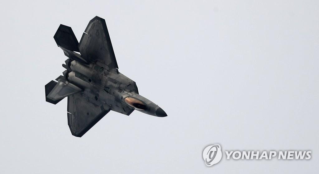 """F-22""""猛禽""""亮相首尔机场。(韩联社)"""