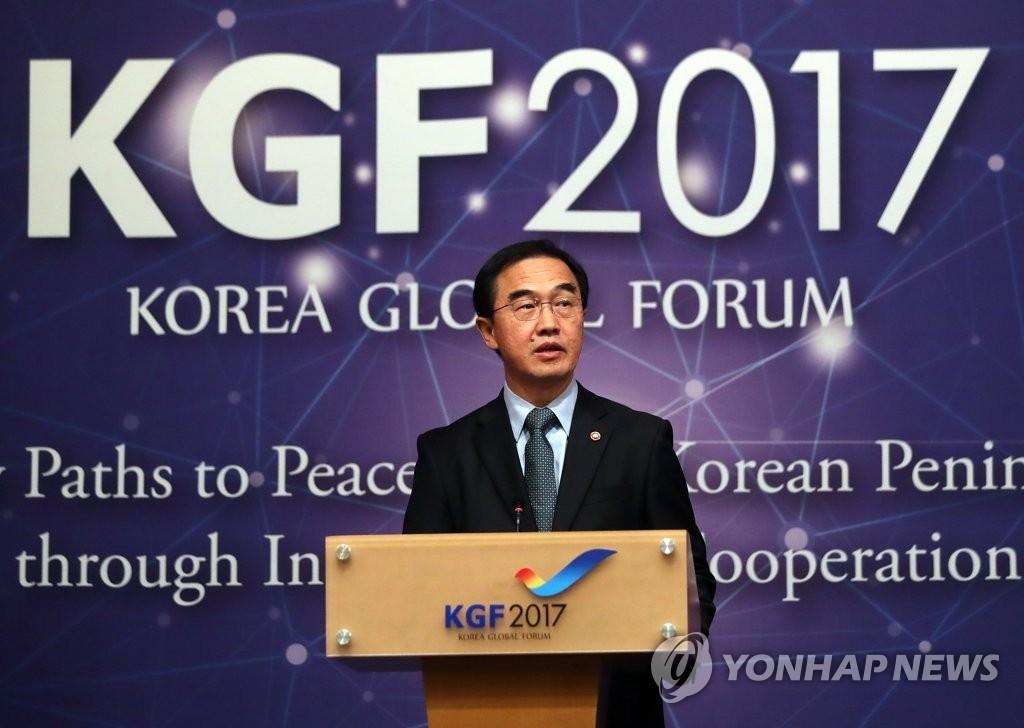 """10月17日,在首尔威斯汀朝鲜酒店,韩国统一部长官赵明均在""""2017韩半岛国际论坛""""上做主旨演讲。(韩联社)"""