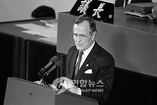 资料图片:1989年2月27日,在韩国国会,老布什发表演讲。(韩联社)