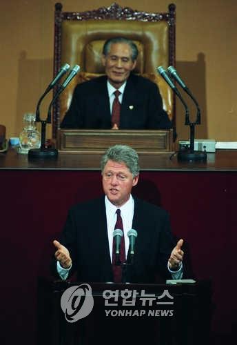 资料图片:1993年7月10日,在韩国国会,克林顿发表演讲。(韩联社)