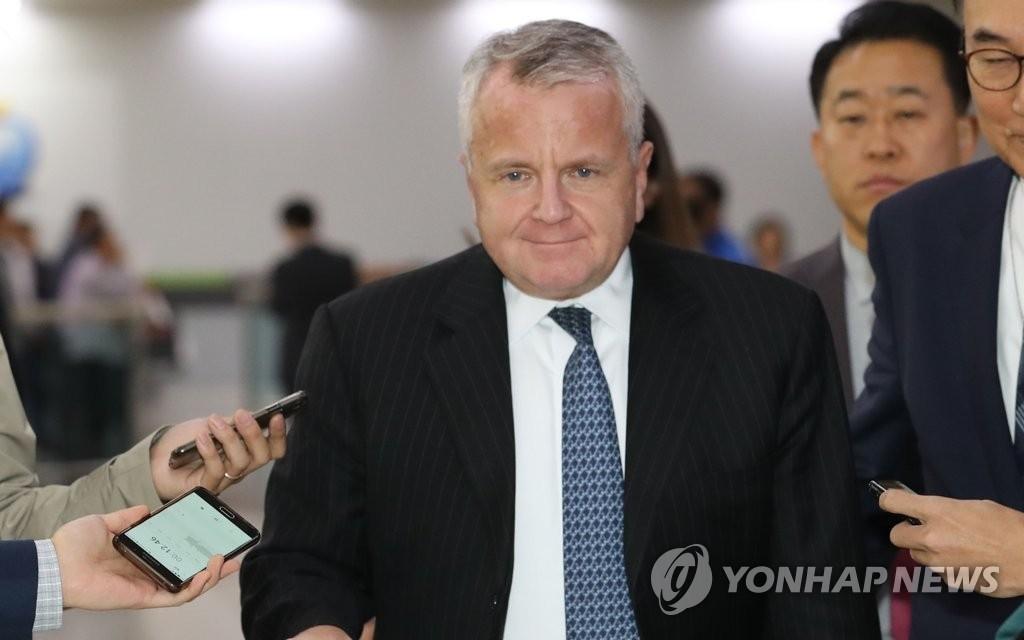 10月17日下午,在首尔金浦机场,美国国务院副国务卿约翰·沙利文抵达并接受记者采访。(韩联社)