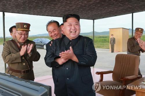 """金正恩9月视察""""火星-12""""型导弹发射现场。图片仅限韩国内部使用,严禁转载复制。(韩联社)"""
