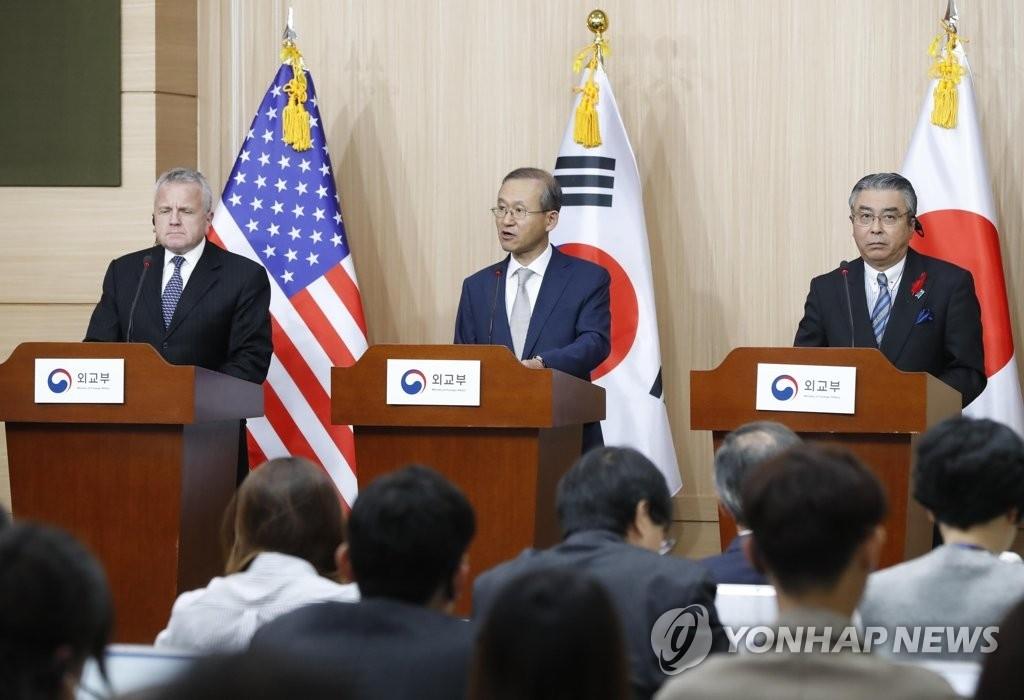 10月18日下午,在首尔外交部大楼,韩美日副外长出席记者会。左起为美国国务院副国务卿沙利文、韩国外交部第一次官林圣男和日本外务省事务次官杉山晋辅。(韩联社)