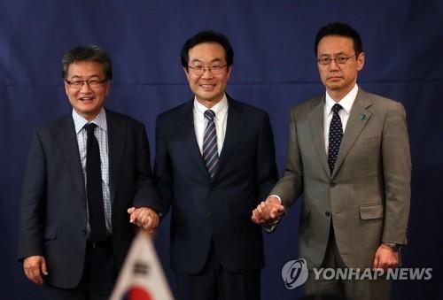 10月18日,在首尔乐天酒店,韩美日六方会谈团长开会,左起依次为美方团长约瑟夫·尹、韩方团长李度勋和日方团长金杉宪治。(韩联社)