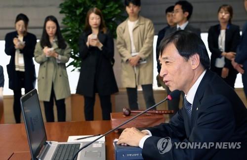 10月19日上午,在韩国银行,行长李柱烈主持金融货币委员会会议,会后发布了新的经济增速预期。(韩联社)