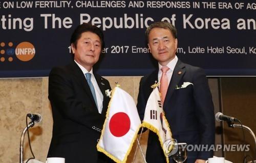 10月19日上午,在首尔市中区乐天酒店,朴凌厚(右)与松山政司在会后合影。(韩联社)