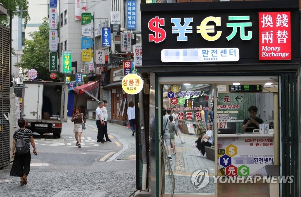 首尔著名购物区明洞略显冷清。(韩联社)