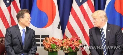 资料图片:当地时间9月21日,在纽约,特朗普(右)在韩美首脑会谈上倾听文在寅发言。(韩联社)