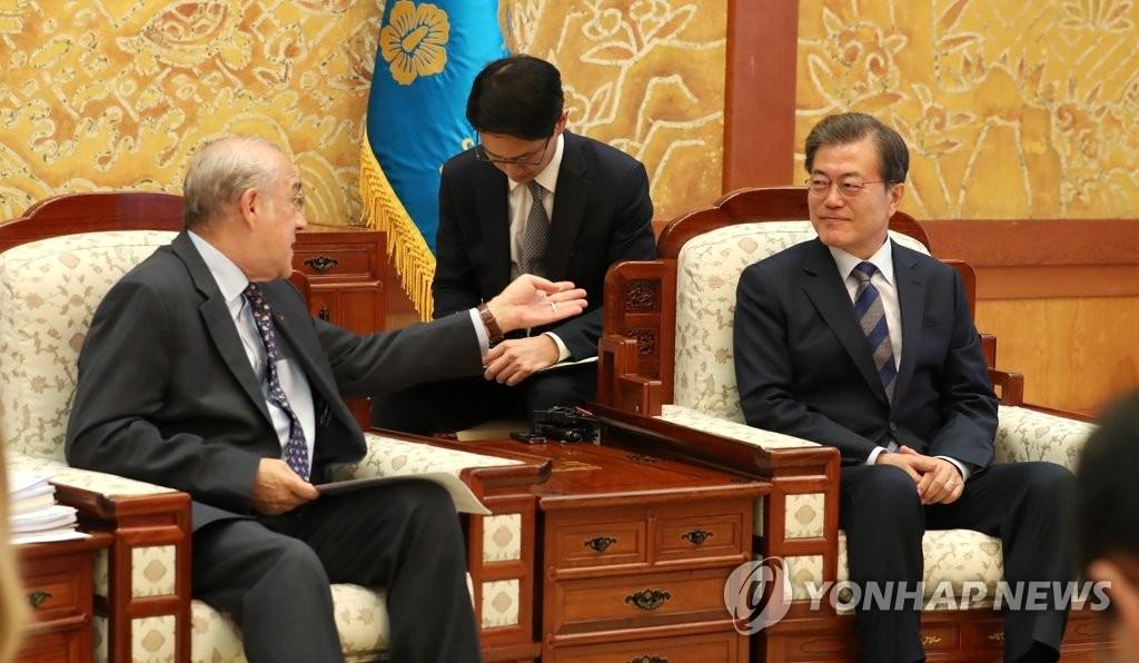 10月19日,在韩国总统府青瓦台,总统文在寅会晤到访的经合组织秘书长安赫尔·古里亚。(韩联社)