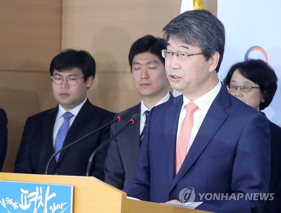 """10月20日,在韩国中央政府首尔办公楼,""""新古里5、6号机组公论化委员会""""委员长金知衡发布民意调查结果。(韩联社)"""