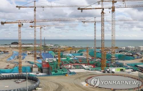 资料图片:位于蔚山市蔚州郡西生面的新古里核电站5、6号机组建设现场(韩联社)