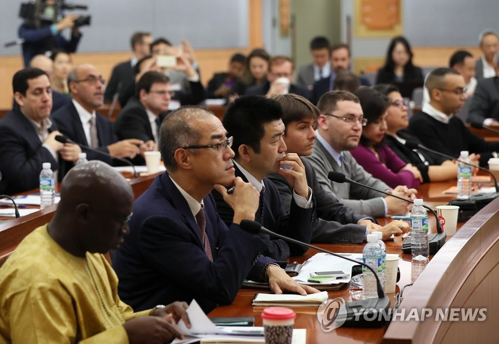 10月20日下午,在首尔外交部大楼,驻韩外交使团和驻韩外国企业人士出席平昌说明会并聆听韩国外交部公共外交大使朴银夏的致辞。(韩联社)
