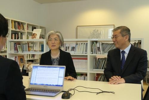 韩国外长康京和(左)在接受韩联社采访,右为韩国驻比利时和欧盟大使金炯辰。(韩联社)