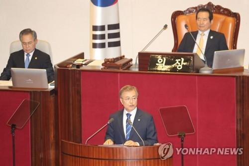 资料图片:6月12日下午,在韩国国会,总统文在寅(下)发表施政演说。(韩联社)