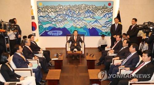 10月23日,在国会,国会议长丁世均(中间)与朝野四大党鞭会面。(韩联社)