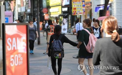 资料图片:访问明洞的游客(韩联社/韩联社TV提供)