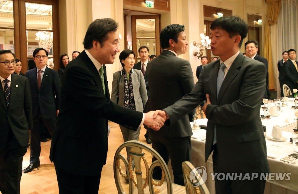 10月23日,韩国国务总理李洛渊在希腊雅典出席当地韩国企业家代表早餐座谈会并同与会代表握手。(韩联社)