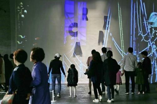 图为参观企划展的游客。 (韩联社/清州市提供)
