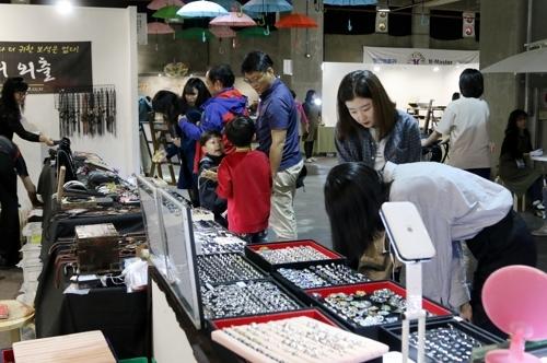 图为观看工艺作品的游客。(韩联社/清州市提供)