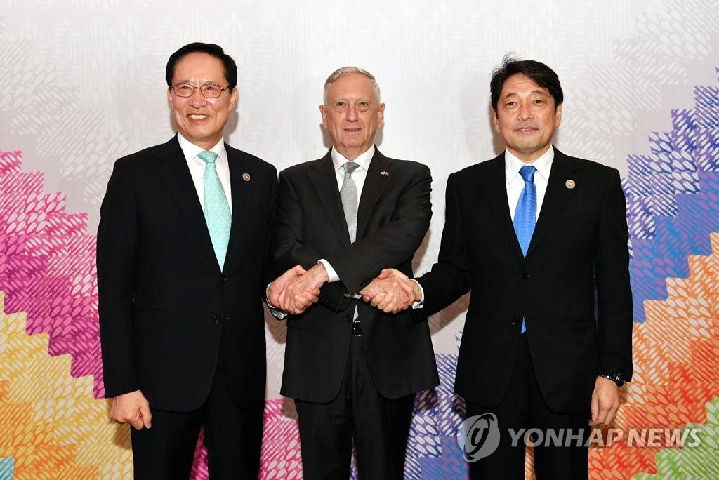 当地时间10月23日,在菲律宾,韩国防长宋永武(左起)同美国国防部部长马蒂斯、日本防卫相小野寺五典举行会晤。图为三方在会前握手合影。(韩联社)
