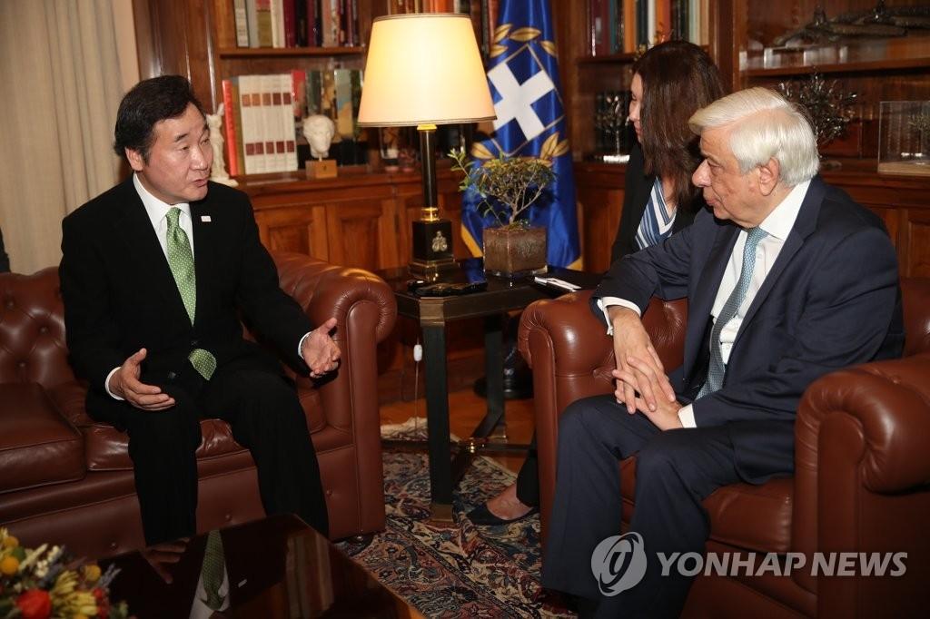 当地时间10月23日,在希腊雅典,韩国国务总理李洛渊(左)拜会希腊总统普罗科比斯·帕夫洛普洛斯。(韩联社)